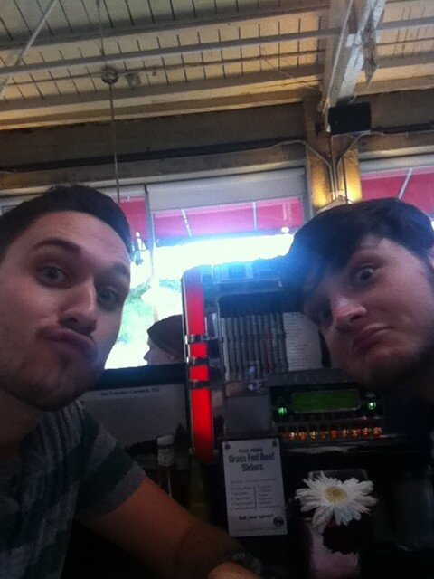 "Eating at a 50's diner with <em>@</em><a class=""linkify"" href=""https://twitter.com/theburtdude"" rel=""nofollow"" target=""_blank"">theburtdude</a> !!! <a class=""linkify"" href=""http://t.co/wA10bI7yi2"" rel=""nofollow"" target=""_blank"">http://t.co/wA10bI7yi2</a>"