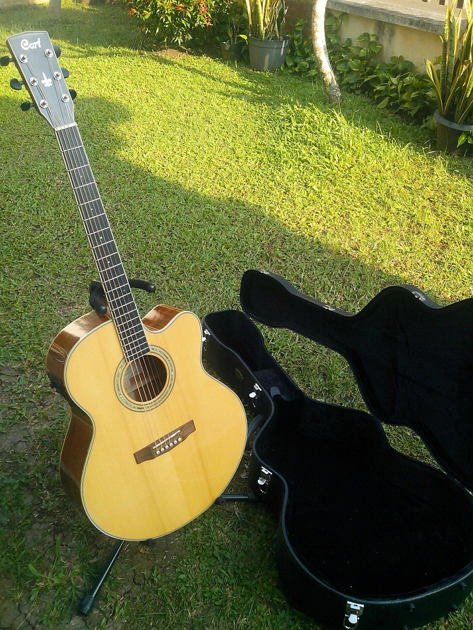 dijual gitar akustik-elektrik CORT CJ5X NAT. Kondisi prima, bonus hardcase. Monggo.. :-) http://t.co/wdoLCa5spV