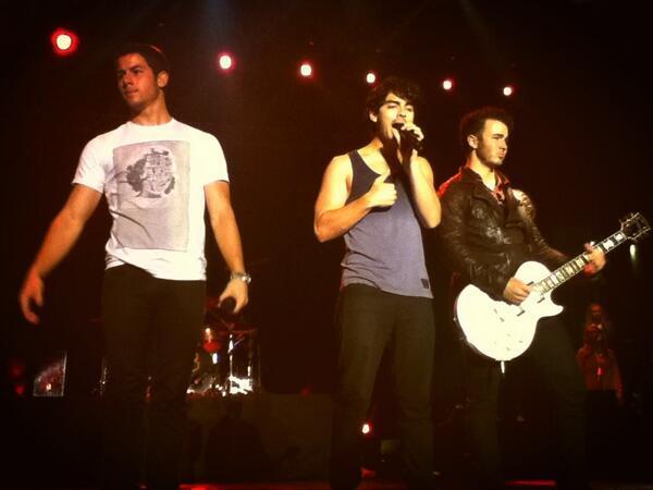 ¡Nick, Joe & Kev en el concierto en Guatemala! Sin palabras, son perfectos. ♥ #JBGuatemala http://t.co/xBGSpykxwf