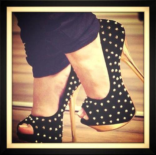 Con tachas doradas!! :) #heels #shoes #tacones http://t.co/lfj3ji0imt