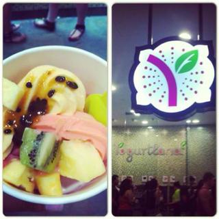 Yogurtland by day. Yogurtland by night. [Thanks rosie_vee!] http://t.co/fiRXPW2agU