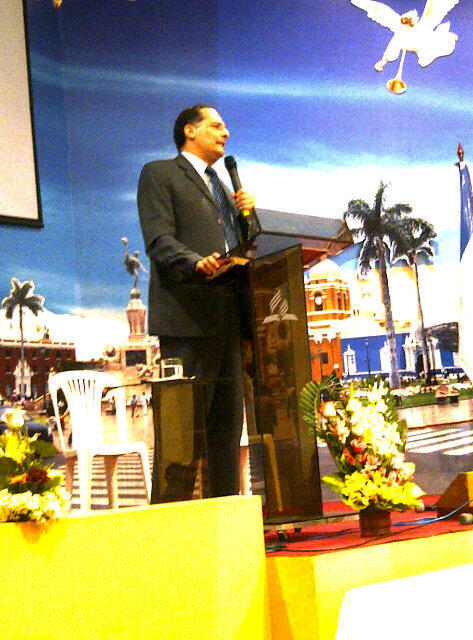 Lic. Pedro Morales (Colombia) inicia la Conferencia Internacional 'Verdaderamente Rico' en Trujillo. http://t.co/8RYAjqjEtV