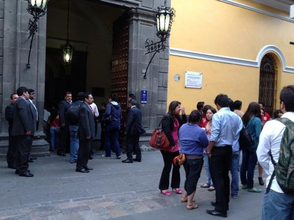 Patricia Gutiérrez (@Paty_GutierrezR): Trabajadores de la #Buap afuera del Carolino se alistan para despedir a @enriqueaguera http://t.co/t4i6hcYK3H