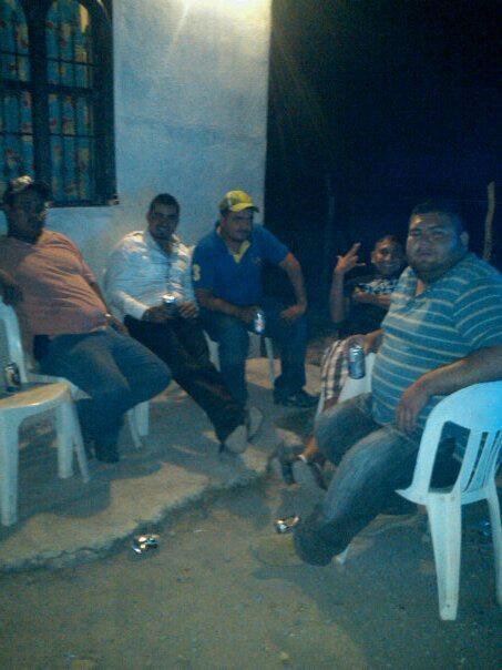 Otra foto de el marro junto con un compañero del comandante kilo es qien hace señas #sanfernando #cdvictoria #reynosa http://t.co/7LnPiSiXgn