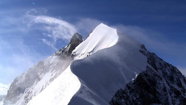 高橋亜矢 (@yamokorori): 明日の15時30分よりNHKBSにて、グレートサミッツ「アルプス最高の白き尾根 スイス・ベルニナ」を再放送します。取材は去年の夏。この美しい氷の稜線を登りました。↓ http://t.co/rw6GQnDWPm