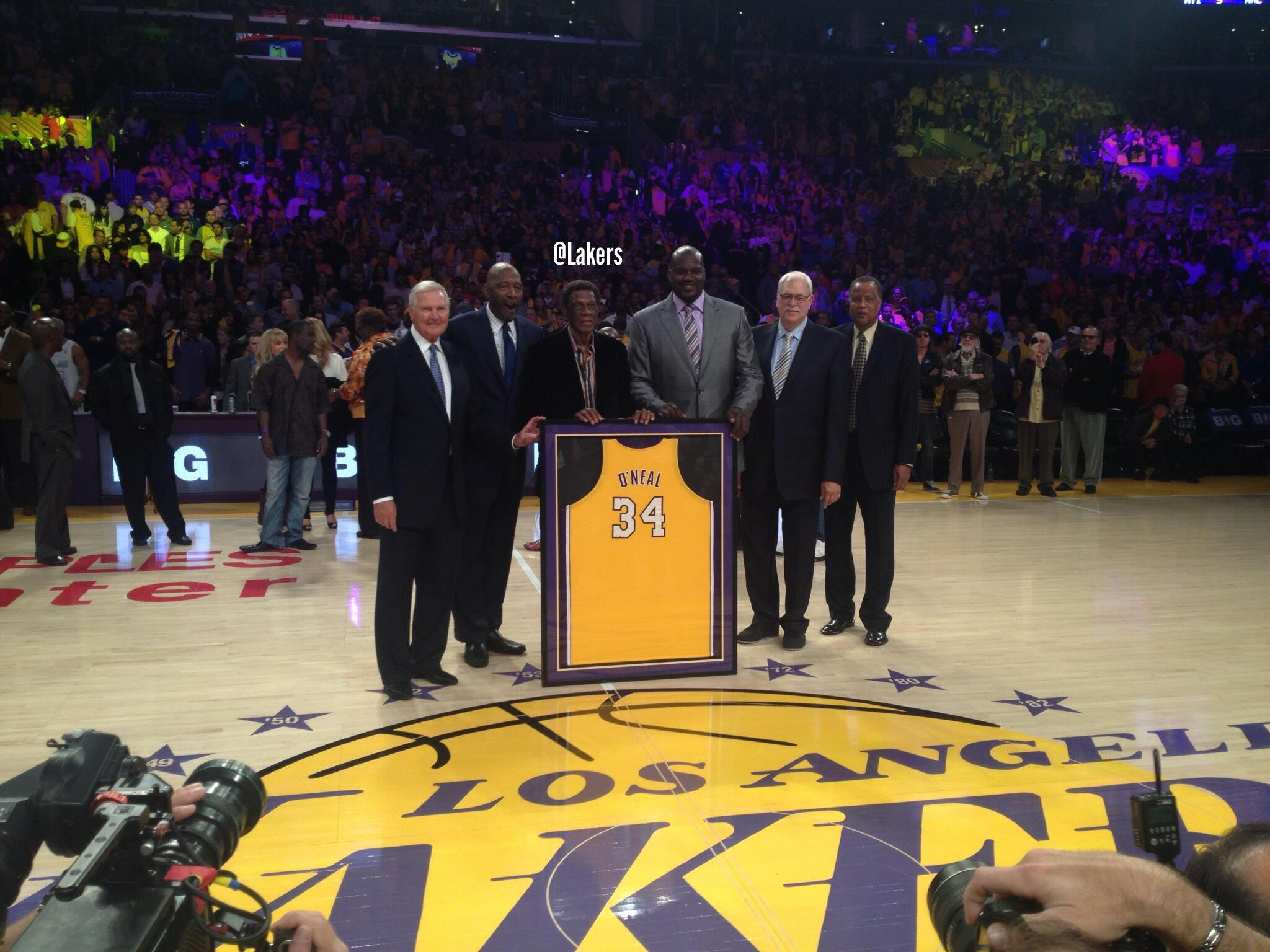 RT @Lakers: Shaq stands with fellow Lakers legends Jerry West, James Worthy, Elgin Baylor, Phil Jackson & Jamaal Wilkes. #SHAQ34 http://t.co/mlb1EYMj7c