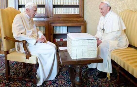 Vaitiare Mateos Bear (@vaitiaremateos): Otra imagen que ha dado la vuelta al mundo... Ambos Papas: el Papa emérito Benedicto XVI y el Papa Francisco http://t.co/PJR0E7hIH1