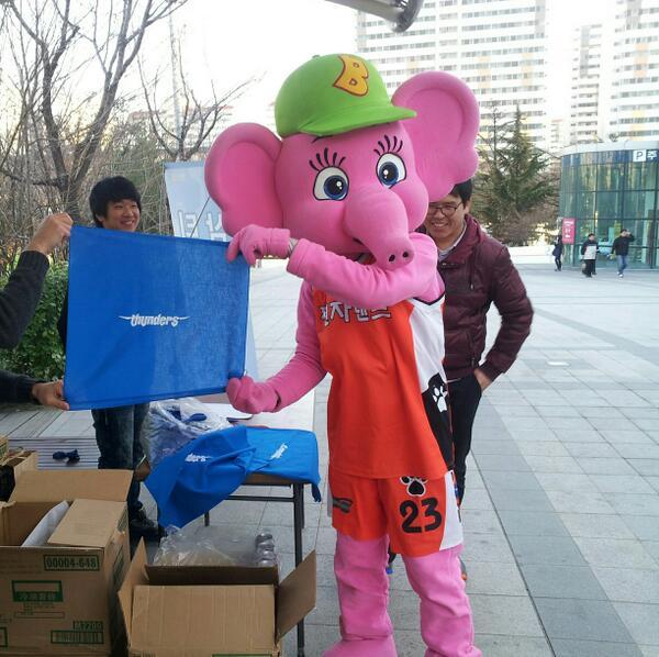 서울삼성썬더스 햄버거로 인천엘러펀츠 우리편 만들기 성공ㅋ http://t.co/9HGi1M7VrY