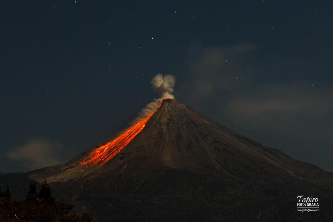 """Maravilla! """"@tapirofoto: Así vi anoche al Volcán de Colima, México. Maravilla natural @webcamsdemexico http://t.co/qpKA6wJhJT"""