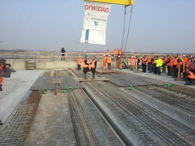 Burgemeesters van Beuningen en Overbetuwe ontmoeten elkaar op de nieuwe Waalbrug; http://t.co/LRs3Pd27h2