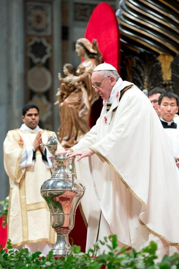 Se llama misa crismal porque el obispo de cada diócesis bendice el óleo santo. El Papa es obispo de Roma http://t.co/kNzNsc2zs1