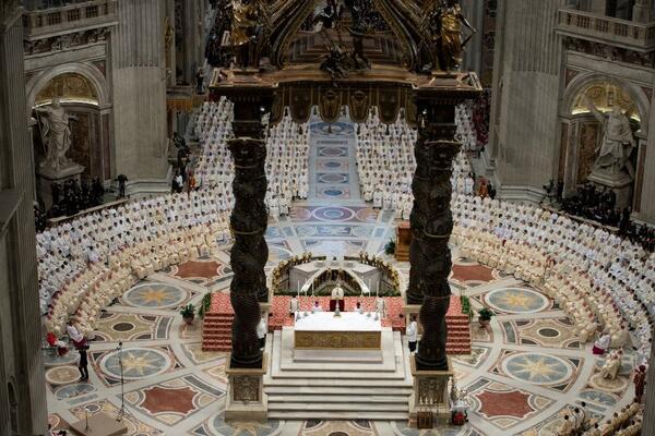 Impresionante vista panorámica de la basílica de san Pedro durante la misa de #JuevesSanto de hoy en el Vaticano http://t.co/h0VSieEAyO