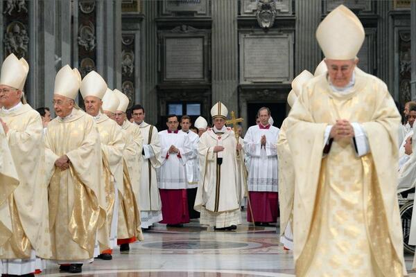 El Santo Padre en la procesión de entrada para la misa crisma del #JuevesSanto hoy por la mañana en el Vaticano http://t.co/PFHhVAcK5s