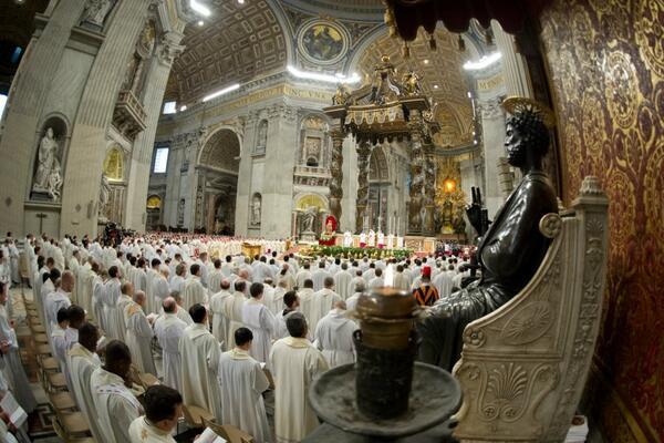 Foto bellísima: sacerdotes como hermanos en torno a la cabeza de la diócesis (en este caso el Papa obispo de Roma) http://t.co/QLWzNyZbm5