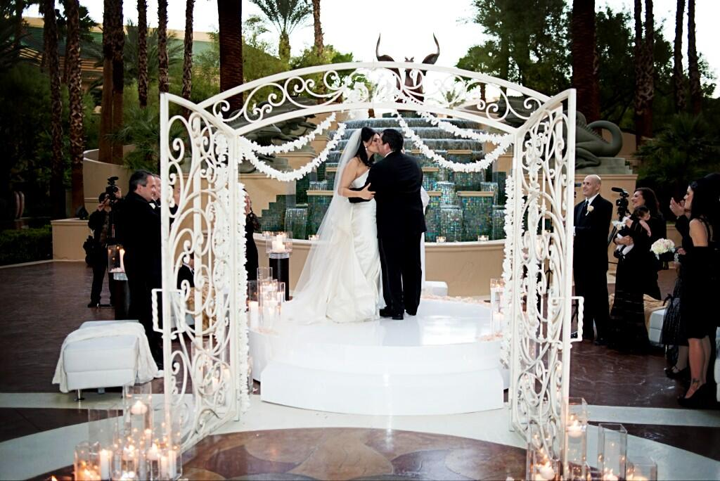 I'm all about the First Kiss! Here's one of my own by @altfdotcom @JustDalisa. Ceremony @FSLasVegas by @Naakitifloral http://t.co/Cxk8TjaXGp