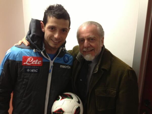 Negli spogliatoi il saluto tra #Dzemaili e @ADeLaurentiis (e anche il pallone della tripletta) #ForzaNapoliSempre http://t.co/AXkz7STLSm