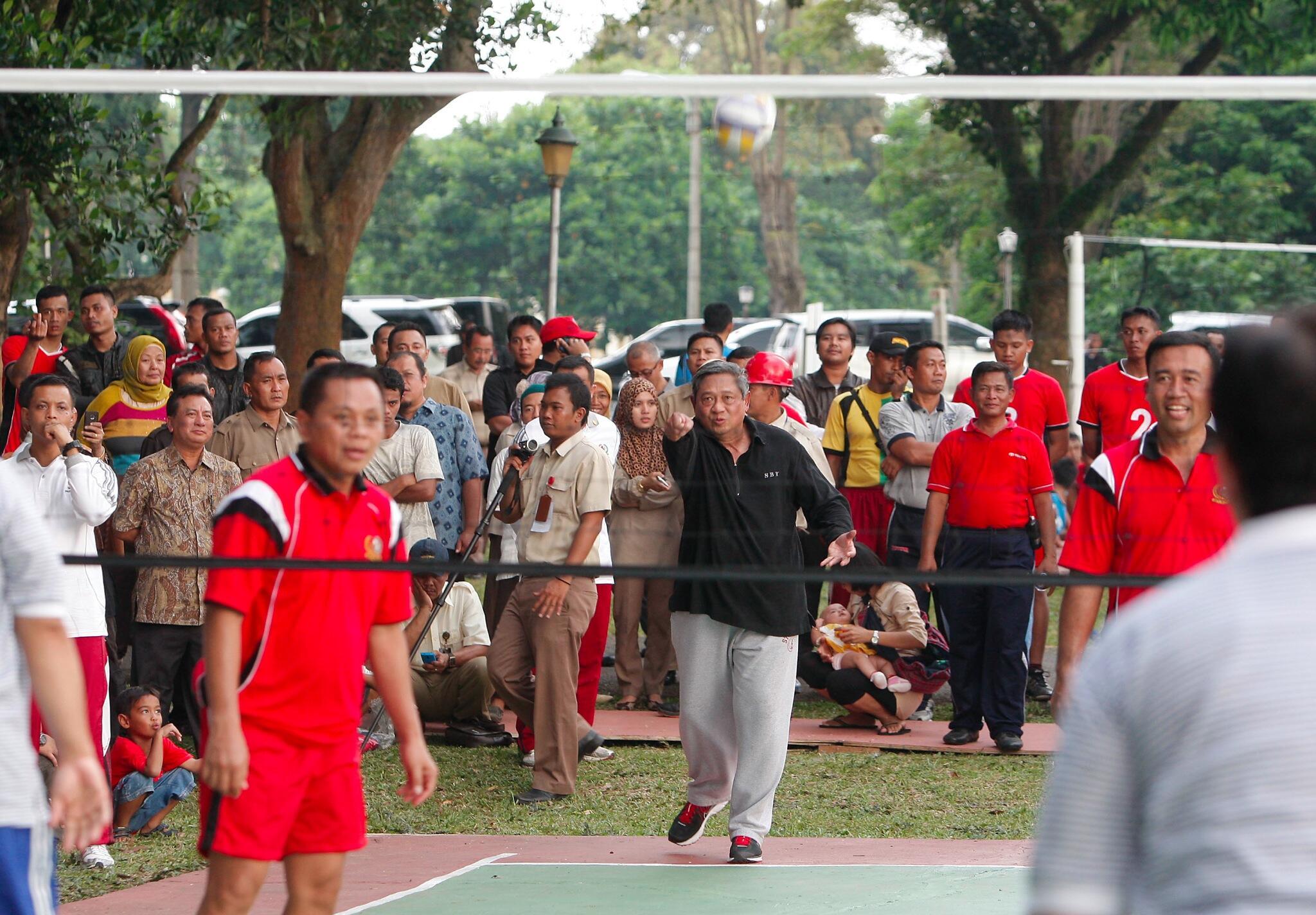 #eaa RT @SBYudhoyono: Bermain volley dengan karyawan Pupuk Kujang dan masyarakat Karawang. http://t.co/QCgLGzLLvi