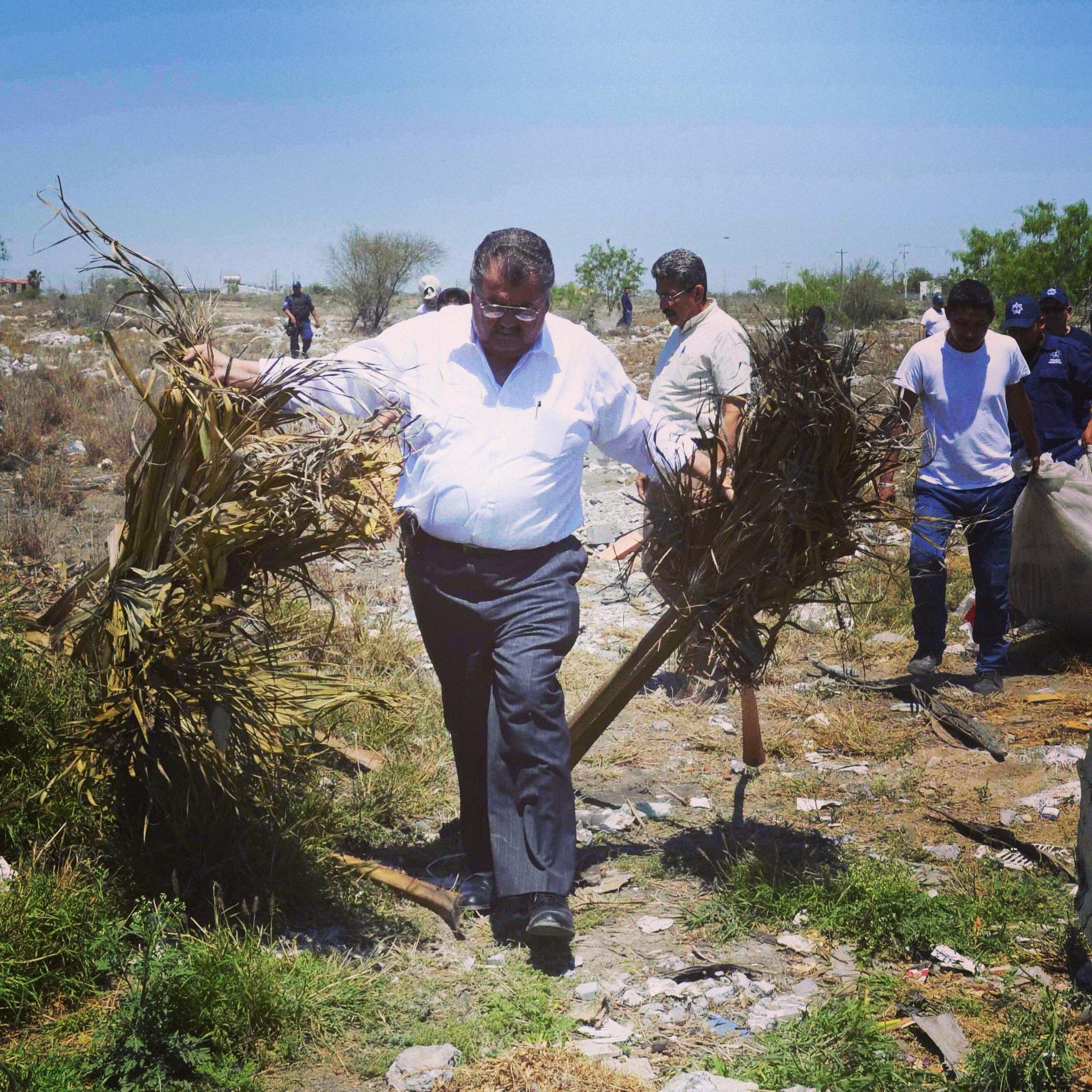 Iniciamos el operativo permanente de limpieza en terrenos baldíos, se sancionará a aquellos que tiren basura http://t.co/FNU2Sp182m