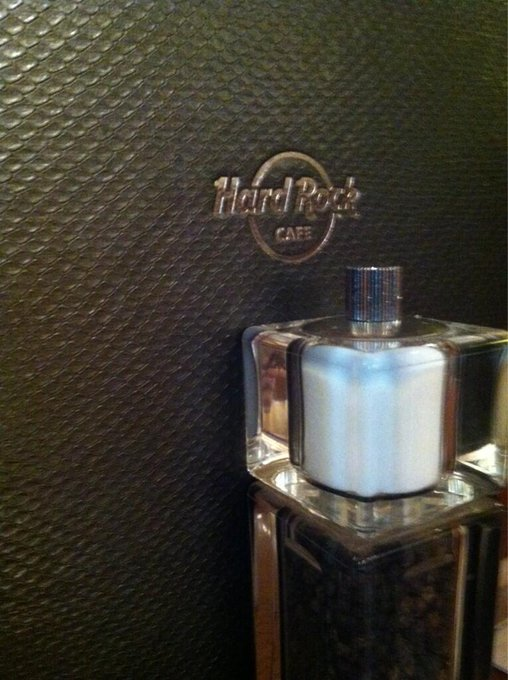"Eating at Hard Rock Cafe with <em>@</em><a class=""linkify"" href=""https://twitter.com/theburtdude"" rel=""nofollow"" target=""_blank"">theburtdude</a> <a class=""linkify"" href=""http://t.co/HOSfw15ynB"" rel=""nofollow"" target=""_blank"">http://t.co/HOSfw15ynB</a>"