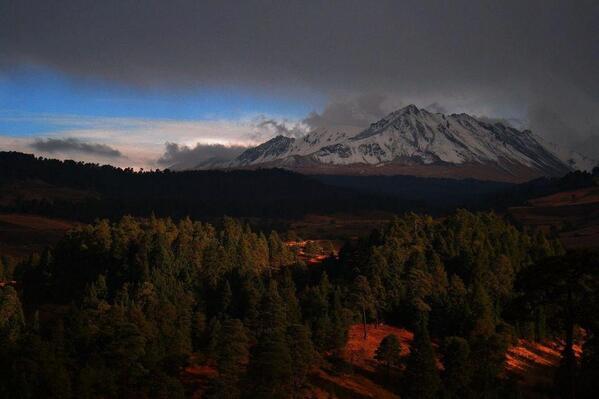 Hermosa postal vía @rodoarcerudyber: Atardecer nevado de #Toluca, http://t.co/ZeXIPwTxhl