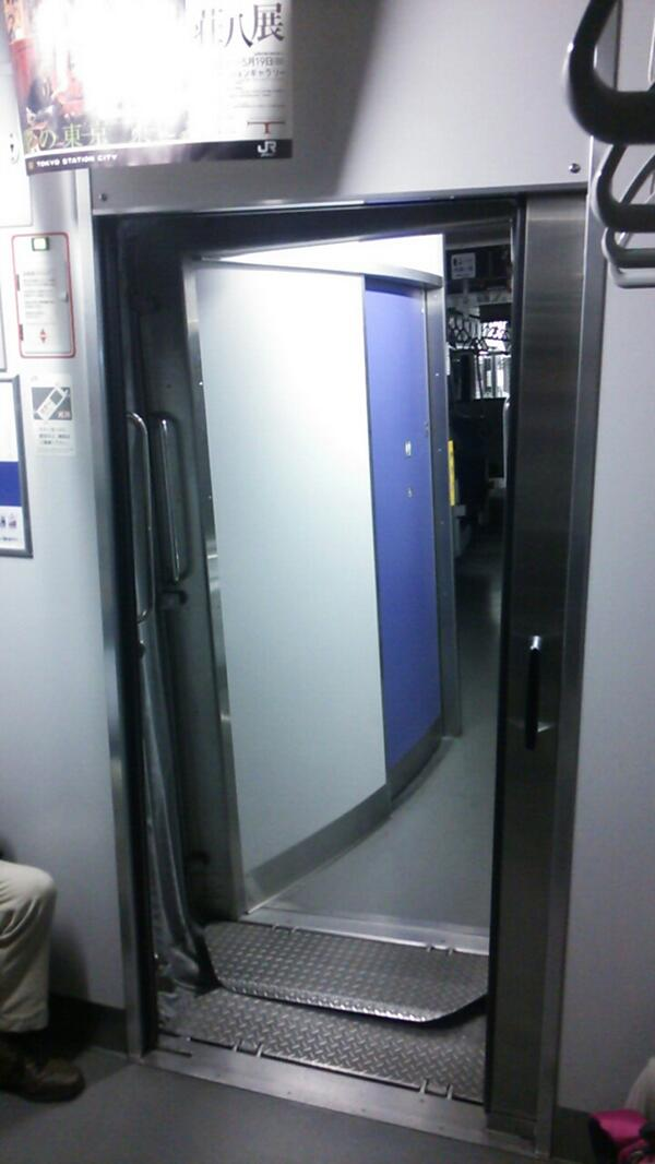 【速報】東海道線、茅ヶ崎で車と衝突し脱線