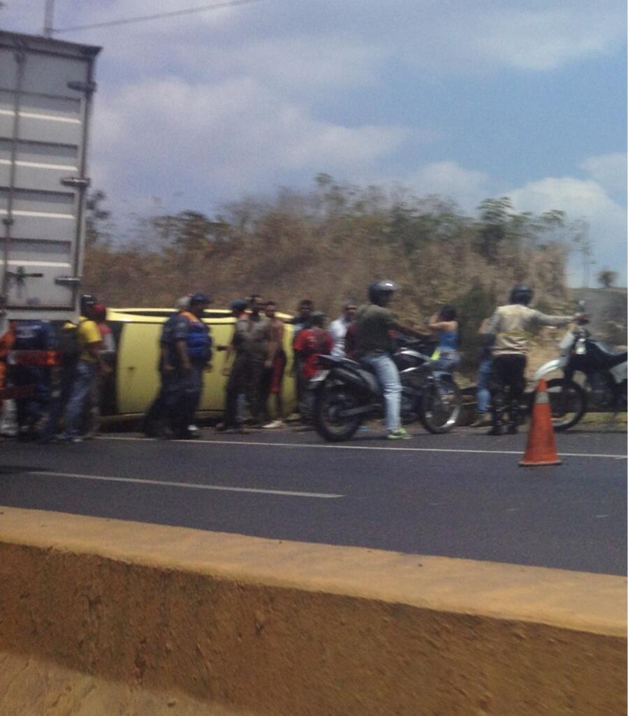 RT @mdf18: carro volteado cerca de maitana sentido charallave - Caracas #ARC 1:00pm http://t.co/dZYsIb7AJC