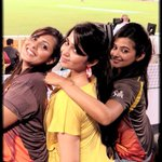 A pic from yesterday's match SRH vs RCB @Charmmeofficial n @priyamani6  had soooo much fun... http://t.co/Hp321IpfPM