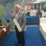 RT @akashjain: Commissioner Stern receiving a bat autographed by Sachin at mumbai indians @IPL match tonight @nba