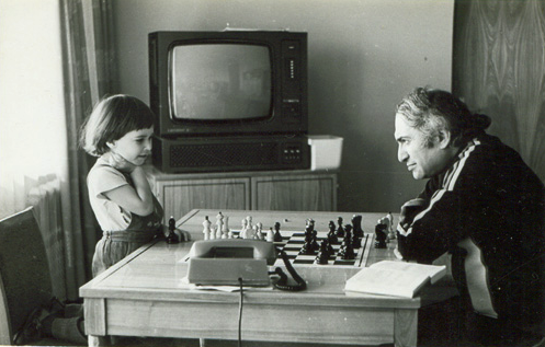 RT @ChessNetwork: Mikhail Tal playing with his daughter Zhanna http://t.co/rRk15fPAXa