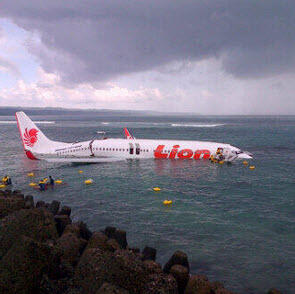Photo: Lion Air passenger plane crashes off Bali coast; believed all 101 passengers and crew survive - @9newsmelb http://t.co/ZTmf62Hnnf
