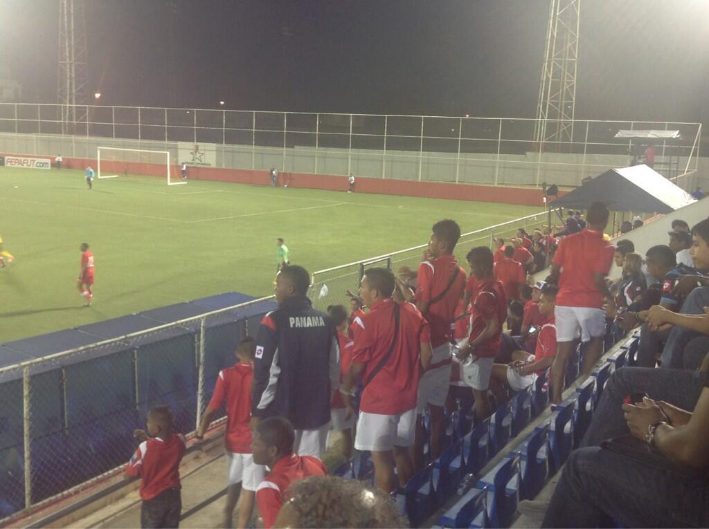 Imágen de nuestra Sele Sub-17 pendientes del partido #CanadaJamaica #SomoLaSele http://t.co/oGtC7tIHCV