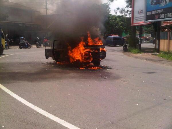 Kebakaran terjadi di jalan pandaan ke arah surabaya setelah bypass @e100ss http://t.co/1R4waCYy0P
