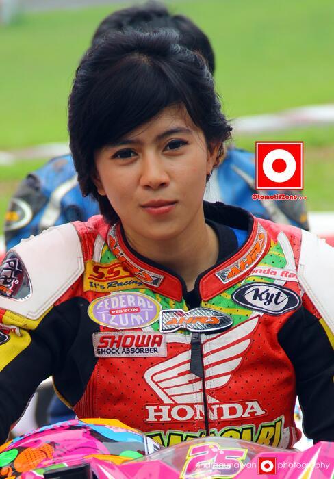 Foto indri barbie pembalap cewek indonesia di atas motornya