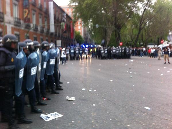 La policía forma en Neptuno. Hay lanzamiento de objetos #25A http://t.co/7Teciu3lFN