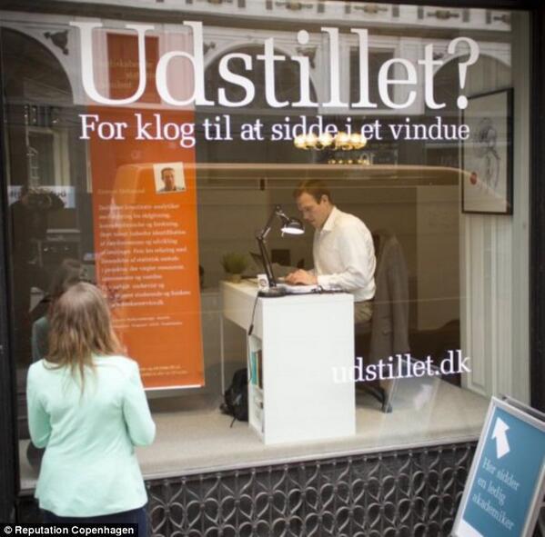 วิธีหางานทำแบบเดนมาร์ก - นั่งหน้าร้าน ทำงานโชว์ หวังนายจ้างผ่านมาเห็นแล้วสนใจ / dailymail http://t.co/AIdCDIoidJ