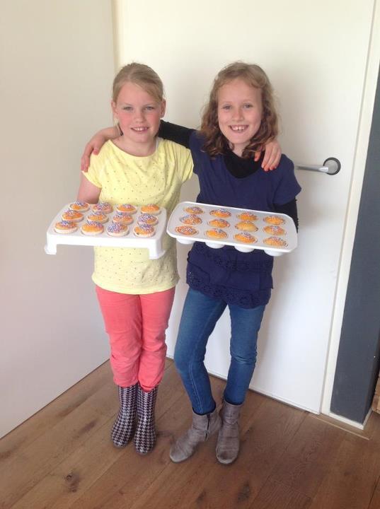 Merle en Mirthe zijn klaar voor de vrijmarkt. Héérlijke cupcakes hebben ze gebakken! http://t.co/mxKI1VYSIg
