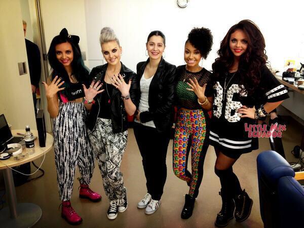 Otra foto de las chicas en el backstage del show de Alan Carr con su manicurista. Mayo/01 http://t.co/GAirTf7rOq