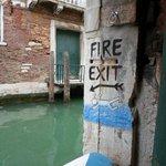 Venedikte acil yangın çıkışı... sadece suya atla. http://t.co/SrKzZPw5O5