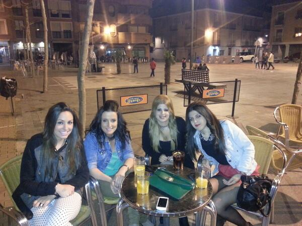 Ana piñero (@Anispi5): De terraceos con @Celiabg93 @virvegas @martii_mgm :) http://t.co/UGAJuyhMRI