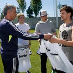 "RTTTTT: @real_pasion ""Jose Mourinho entregando camisetas a los integrantes de One Direction http://t.co/zY6D7UsZxl"" LOU<3"