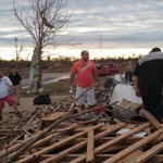 RT @BBCMarkMardell: People in Moore #Oklahoma search through their splitters houses for something they can save.