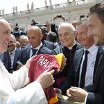 """@OfficialASRoma: http://t.co/MObkVfBUkx"" Just Totti giving a Roma shirt to the Pope. An everyday post training occurrence I imagine."
