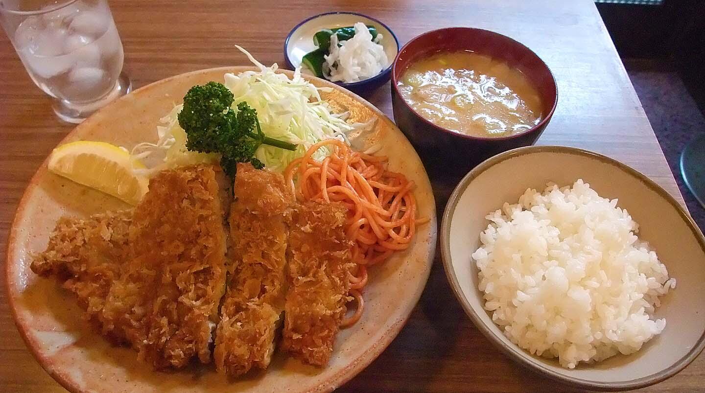 (via:umashi1) とんかつ冨貴@秋葉原の上ロース。サクサクの衣の中は分厚くて柔らかいジューシーなお肉が!セットの豚汁も美味し! http://t.co/x3Bj7JIKNb