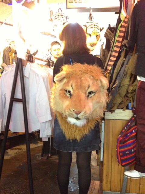 "RT @crusing21: 何でも売ってる場所ですが、これはインパクトありますね。@arinko_desu "" 台北の士林夜市にて、ものすごいリュックが売ってた…。 http://t.co/1VqNr0uqif """