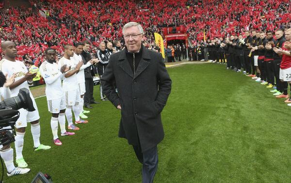 BKEyhiHCcAAZRrC Scenes! Sir Alex Fergusons Guard of Honour pre Manchester United v Swansea