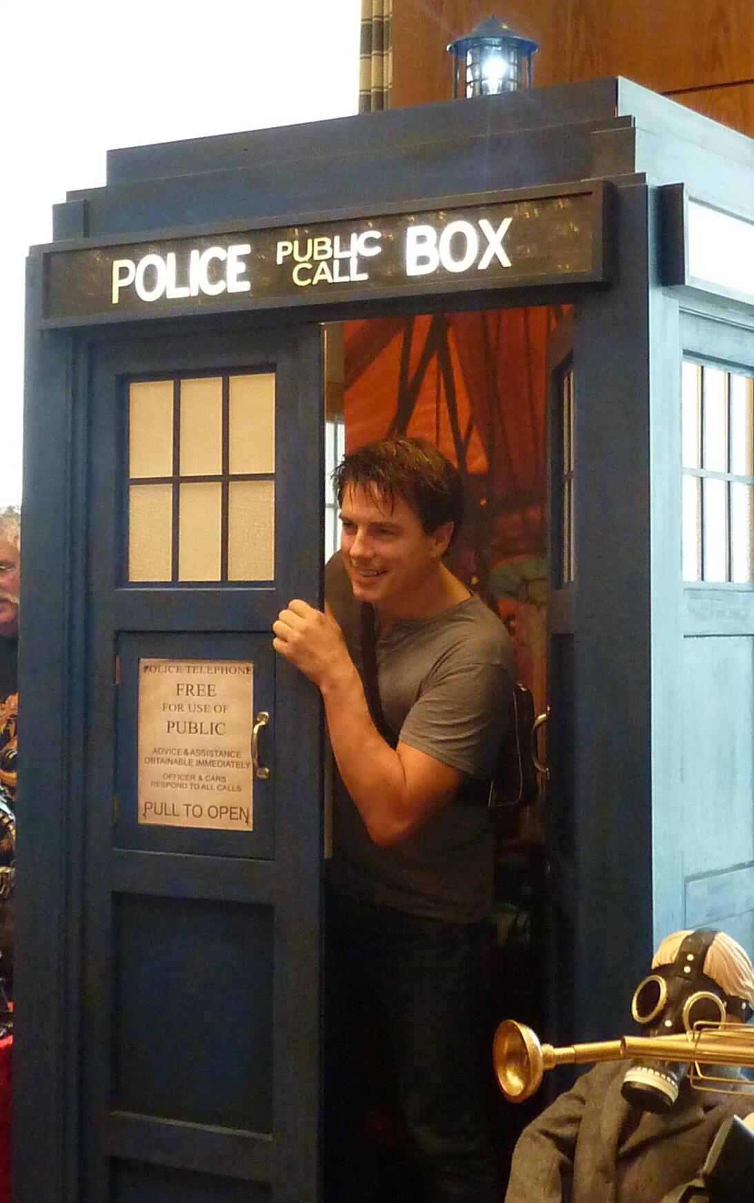RT @CaptainsCariad: JB in the TARDIS :D Bring back Captain Jack! #FedCon http://t.co/JjHGL09B3i