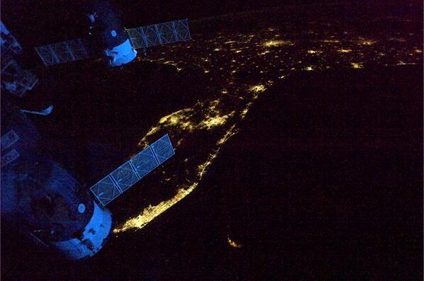 Spaceships glowing blue in the dawn as we leave Florida headed across the Atlantic. http://t.co/GzEoCg2bb5