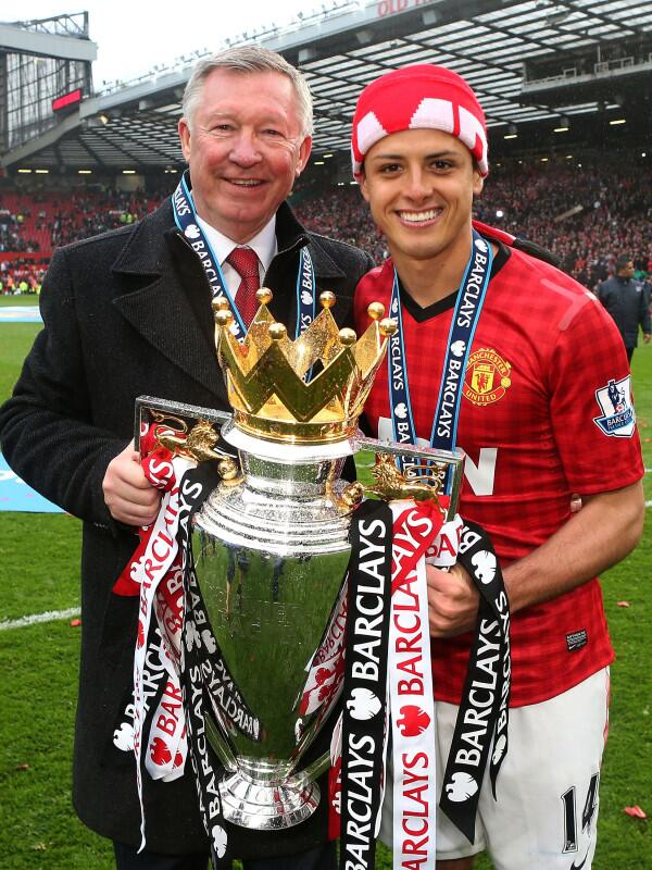 Chicharito con el trofeo junto a Sir Alex Ferguson http://t.co/9VsgiHIrKa