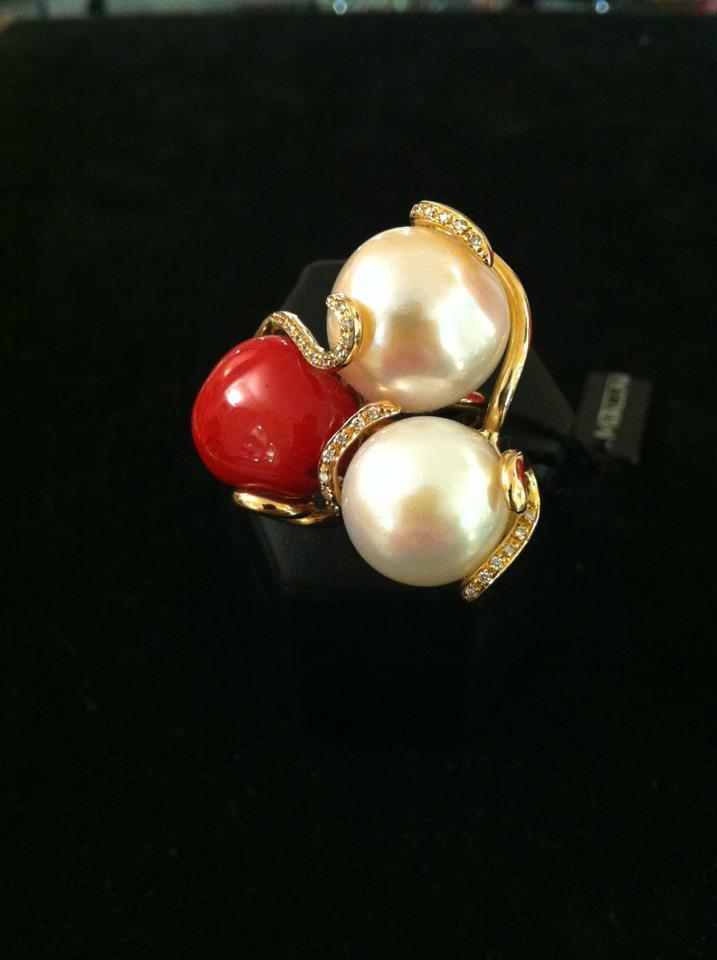 Anello oro 18kt, corallo, perle e diamanti. (front) http://t.co/nVKl7n375G