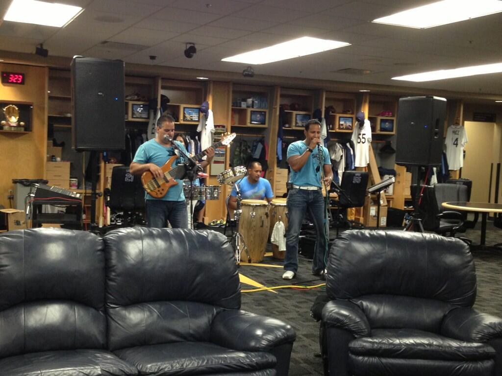 Latín music in the clubhouse, salsa, merengue, bachata wow solamente esto pasa con los Rays http://t.co/vDVs6qbVR1
